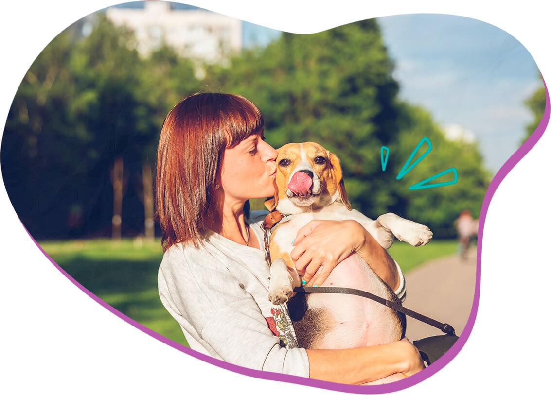 Ilustração beijo no cachorro - cuidados com cachorro filhote e adulto.